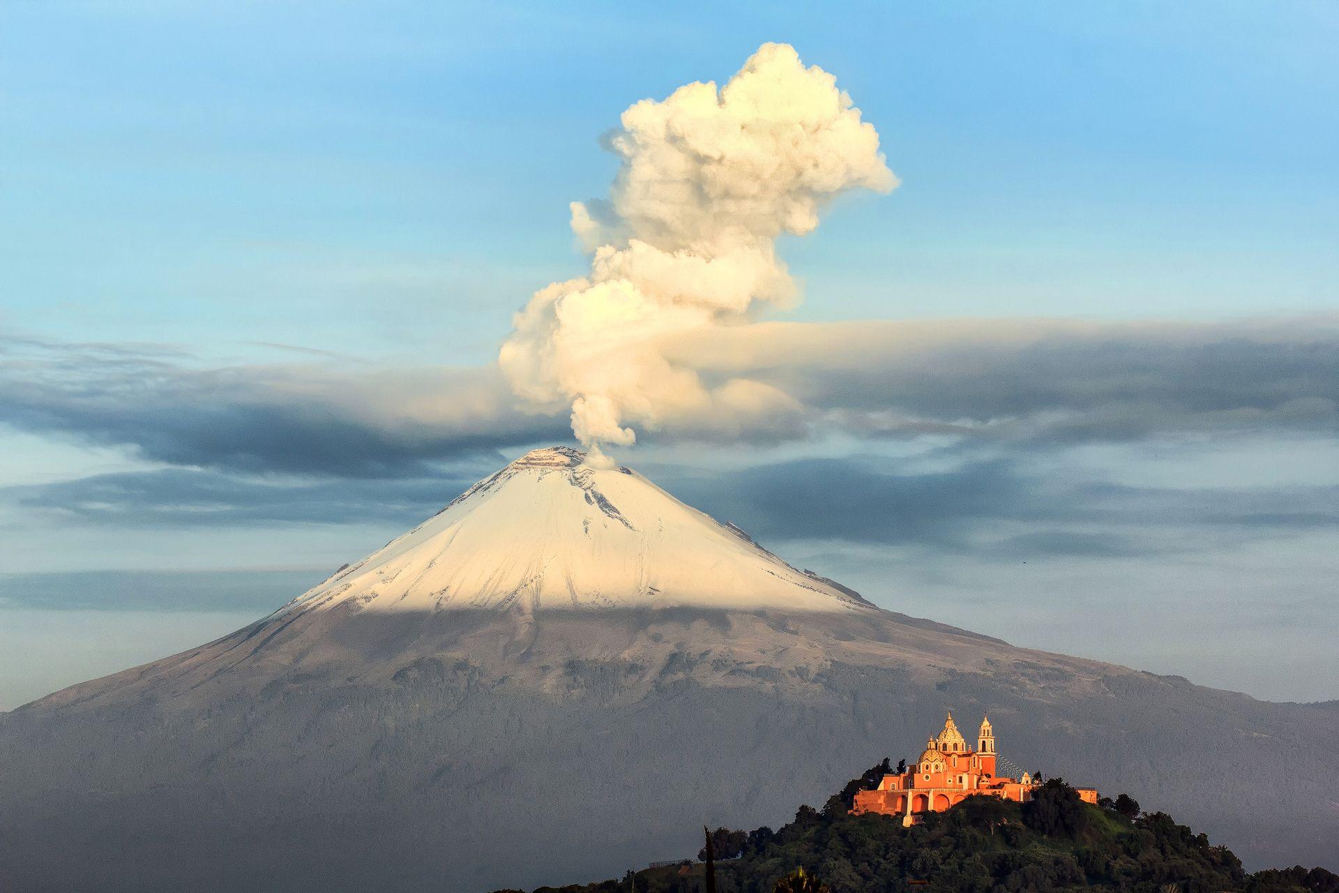 Nuestra Señora de los Remedios church, Pirámide Tepanapa, Popocatépetl, Iztaccihuatl, puebla, mexico, vulcano, smoke, erruption, church in front of vulcano, biggest pyramid, earthporn, landscape